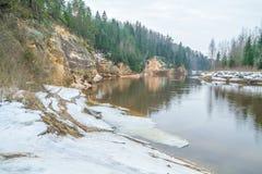 Röda klippor i vinter på Lettland Arkivfoton