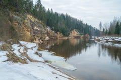 Röda klippor i vinter på Lettland Fotografering för Bildbyråer