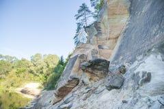 Röda klippor och flod på staden Cesis, land Lettland Royaltyfri Foto