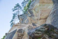 Röda klippor och flod på staden Cesis, land Lettland Royaltyfri Bild