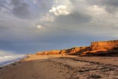 Röda klippor på Prince Edward Island Royaltyfria Bilder