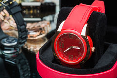 Röda klockakvinnor som jämförs till andra timmar Arkivfoton