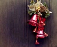 Röda klockor på träbakgrunden Arkivfoton