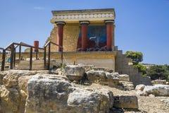 Röda kolonner av den Knossos slotten Fragmentet av fördärvar av den Knossos slotten royaltyfria bilder