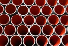Röda korrugerade rör för att lägga elektriska kablar Royaltyfri Fotografi