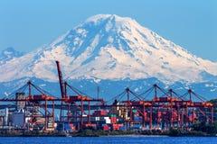 Röda kranar Mt Rainier Washington för Seattle port Royaltyfri Bild
