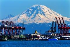 Röda kranar Mt Rainier Washington för Seattle port Royaltyfri Fotografi