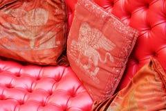 Röda kuddar och gondol, Venedig Arkivfoto