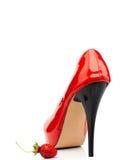 Röda kvinnors skor och jordgubbe Arkivfoton