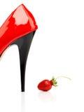 Röda kvinnors skor och jordgubbe Arkivbilder