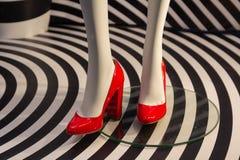 Röda kvinnors skor på en skyltdocka royaltyfri bild