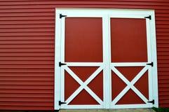 Röda ladugårddörrar arkivfoto