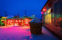 Röda lampor och konstnärliga ljus som dekoreras i en landsgård royaltyfria foton