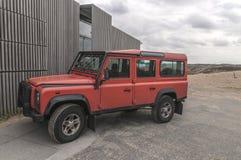 Röda Land Rover som utanför parkeras royaltyfria foton
