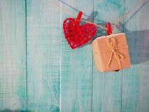röda landstyghjärtor som hänger på klädstreck med lantlig dag för trädörrvalentin, moderdag och wi för förälskelsebegreppsbakgrun arkivfoton