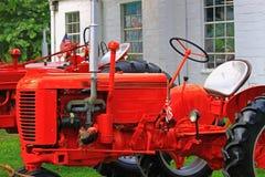 Röda lantgårdtraktorer Royaltyfria Foton
