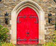 Röda lantliga utsmyckade kyrkliga dörrar Gatlinburg Tennessee Arkivbild