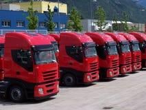 röda lastbilar Arkivfoto
