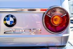 Röda ljus av kompakta utövande kupén för bilBMW 2002 den nya grupp Royaltyfri Bild