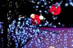 Röda ljusa bollar med vita förgrundsljus Arkivbilder