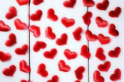 Röda ljusa hjärtor på en vit bakgrund Arkivbild