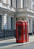 Röda London telefonaskar på den Lancaster porten Royaltyfria Foton