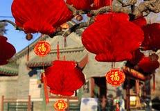 Röda lyktor, kinesiska garneringar för nytt år Arkivfoton