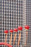 Röda lyktor och moderna byggnader Royaltyfria Bilder