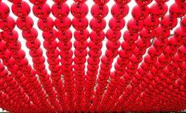 Röda lyktor på en buddistisk tempel Arkivfoto
