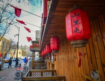 Röda lyktor på gatan royaltyfri bild