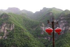 Röda lyktor på sätta inom parantes, i ett sceniskt område Arkivfoto