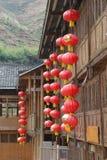 Röda lyktor på traditionella trähus i Longsheng i Kina Fotografering för Bildbyråer