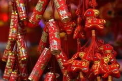 Röda lyktor, röda firecrackers, röd peppar som är röd alla, röd kinesisk fnuren, rött paket Vårfestivalen är kommande Arkivfoto
