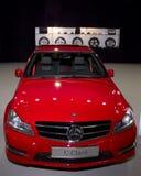 Den röda bilen AMG Mercedes C-klassificerar kantalternativ arkivfoton