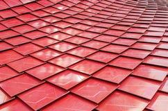 Röda metalized taktegelplattor Fotografering för Bildbyråer
