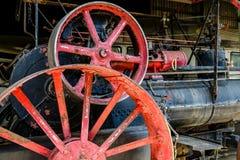 Röda metallhjul på maskineri Royaltyfri Bild