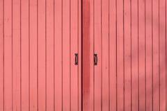 Röda metallladugårddörrar Arkivfoto