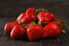 Röda mogna jordgubbar Arkivfoto