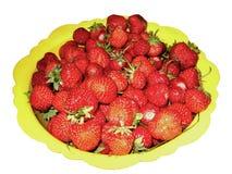 Röda mogna jordgubbar i en gul bunke isolerat royaltyfria bilder