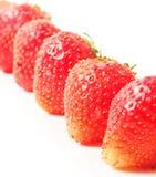Röda mogna jordgubbar stänger sig upp arkivbild