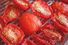 Röda mogna tomater som till hälften är förberedda för att torka Selektivt fokusera Närbild Ut ur fokus Fotografering för Bildbyråer