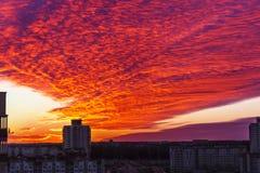 Röda moln över staden Royaltyfri Bild