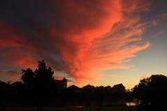 Röda moln i morgonhimmel arkivbilder