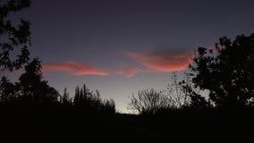 Röda moln och blå himmel Arkivbilder