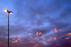 Röda moln och gatalampa Royaltyfri Fotografi