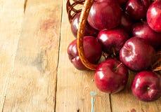 Röda nya äpplen i en korg fotografering för bildbyråer