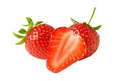 Röda nya jordgubbar stänger sig upp på vit bakgrund Arkivfoton