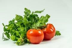 Röda nya saftiga tomater och nya gräsplaner Royaltyfri Bild