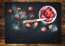 Röda nya skivade och hela jordgubbar Fotografering för Bildbyråer