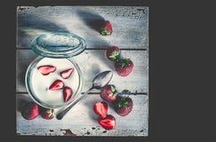 Röda nya skivade och hela jordgubbar Royaltyfri Bild